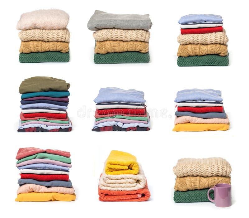 Fije de las pilas de ropa doblada en el fondo blanco imagen de archivo libre de regalías
