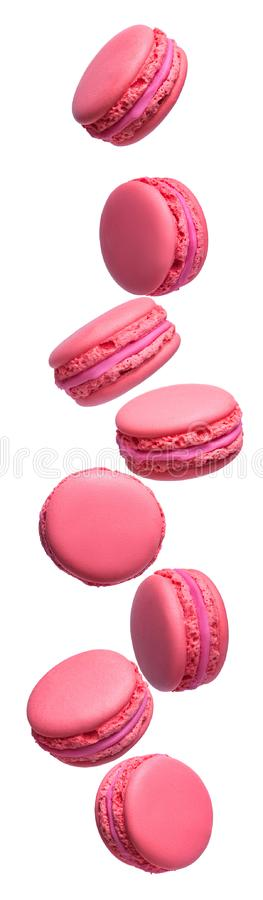 Fije de las tortas francesas rosadas de los macarons aisladas en el fondo blanco Postre que vuela foto de archivo libre de regalías