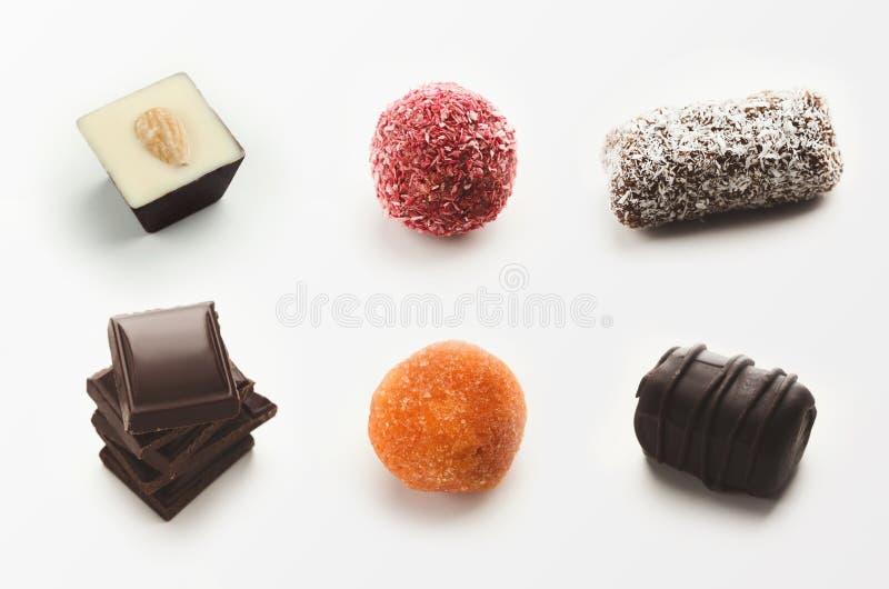 Fije de los caramelos de chocolate clasificados en el fondo blanco foto de archivo libre de regalías