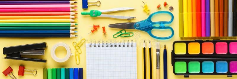 Fije de los efectos de escritorio y de las fuentes de la escuela en fondo amarillo imagenes de archivo