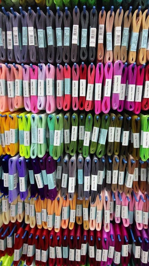 Fije de los hilos coloreados para coser en bobinas Pila de carretes coloridos grandes del hilo fotografía de archivo libre de regalías