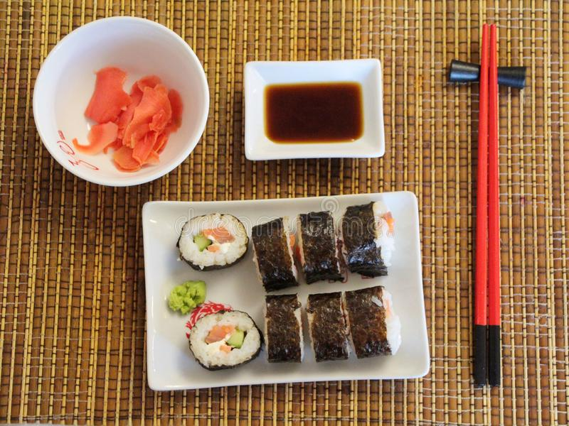 Fije de los rollos de sushi en la estera de bambú imágenes de archivo libres de regalías