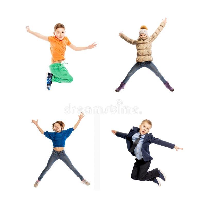 Fije de niños de salto Muchachos y muchachas de la edad de escuela Aislado en un fondo blanco foto de archivo