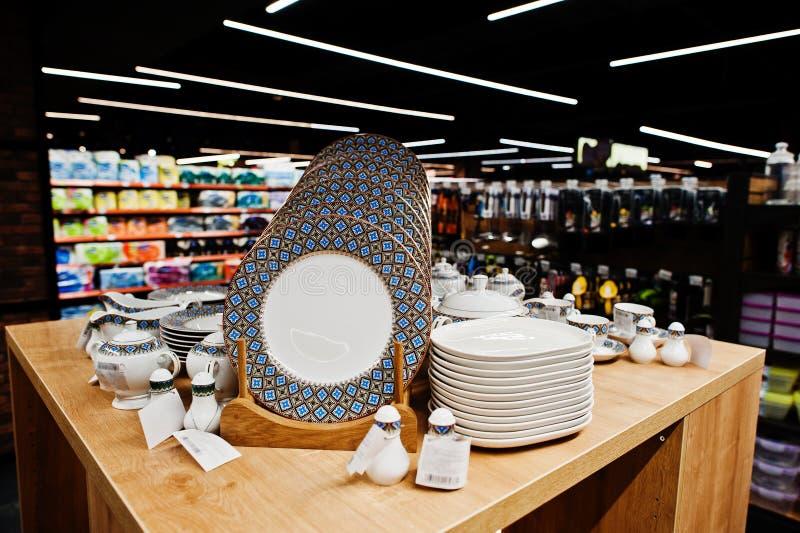 Fije de platos en estantes del supermercado en venta foto de archivo