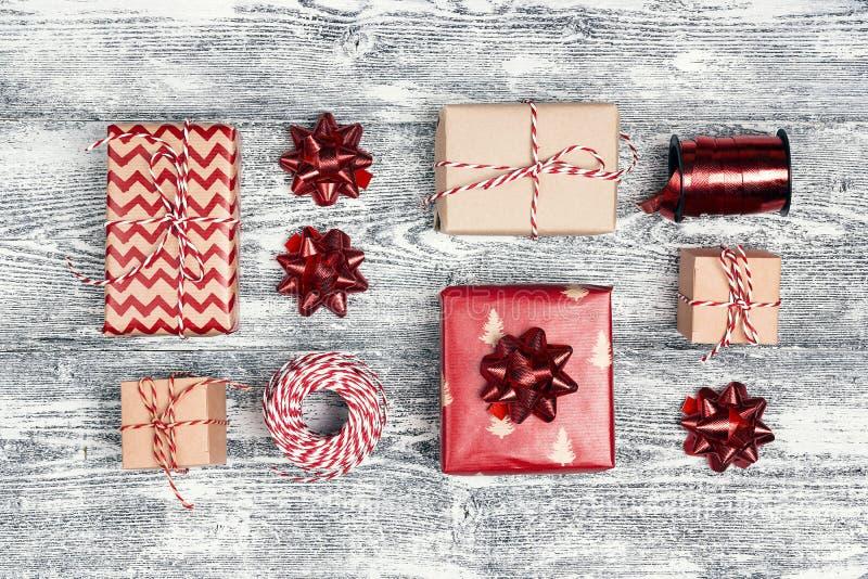 Fije de regalos y las cintas y los arcos decorativos foto de archivo