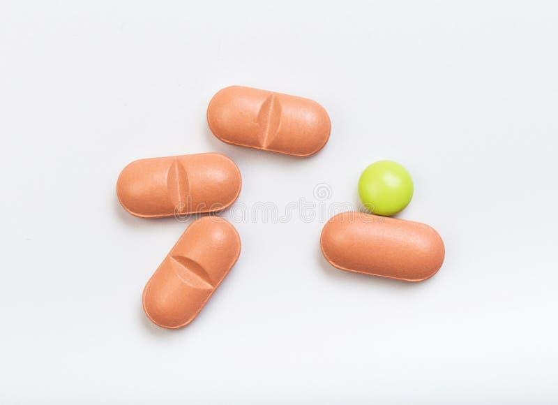 Fije de tabletas multicoloras en un fondo blanco imagenes de archivo