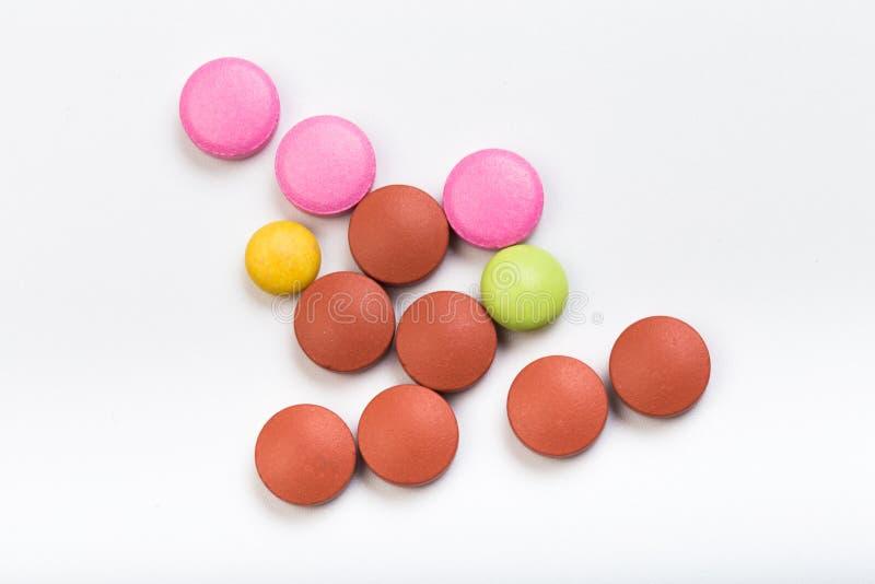 Fije de tabletas multicoloras en un fondo blanco fotografía de archivo libre de regalías