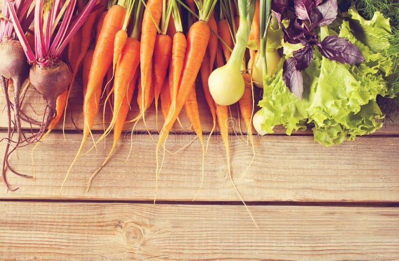 Fije de verduras crudas frescas en viejo fondo de madera Copie el espacio Visi?n superior Estilo de la vendimia fotos de archivo