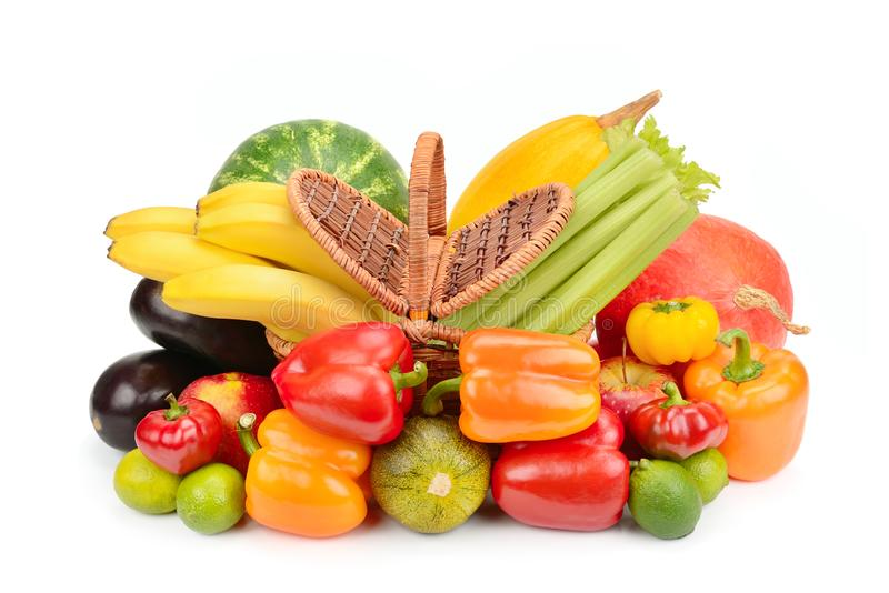 Fije de verduras y de frutas en una cesta de mimbre aislada en el fondo blanco foto de archivo