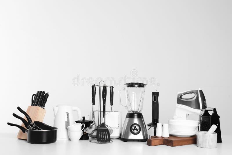 Fije del cookware, de los platos, de los utensilios limpios y de los dispositivos aislados imagen de archivo