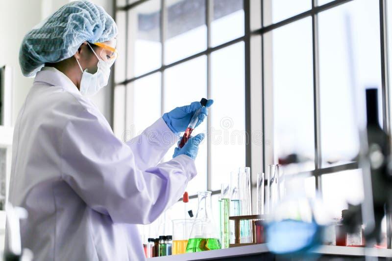 Fije del desarrollo químico y de la farmacia del tubo en concepto de la tecnología del laboratorio, de la bioquímica y de la inve imágenes de archivo libres de regalías