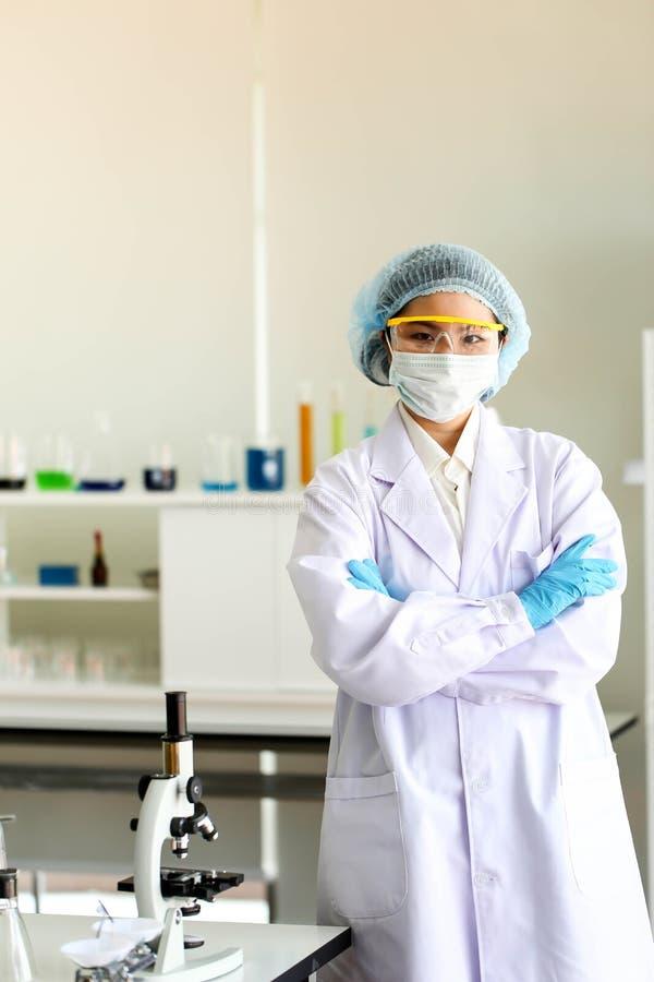 Fije del desarrollo químico y de la farmacia del tubo en concepto de la tecnología del laboratorio, de la bioquímica y de la inve imagen de archivo