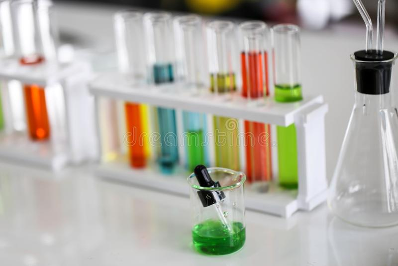 Fije del desarrollo químico y de la farmacia del tubo en concepto de la tecnología del laboratorio, de la bioquímica y de la inve foto de archivo