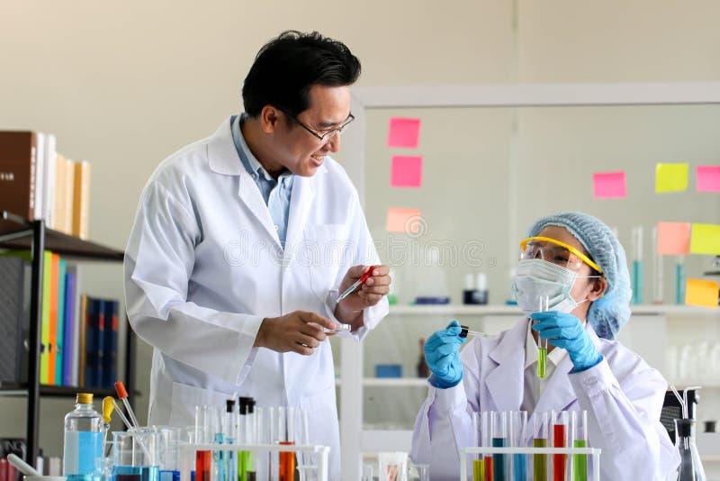 Fije del desarrollo químico y de la farmacia del tubo en el laboratorio, bioc foto de archivo