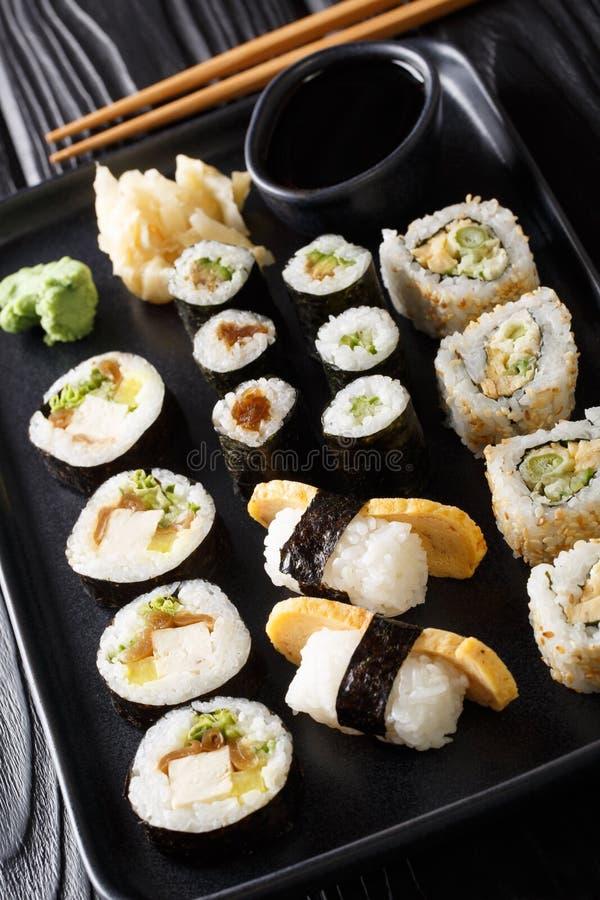 Fije del sushi japonés Hosomaki, Uramaki, Maki, Nigiri, Tamagoyaki de los rollos sirvió con el primer de la salsa del jengibre, d imagen de archivo libre de regalías