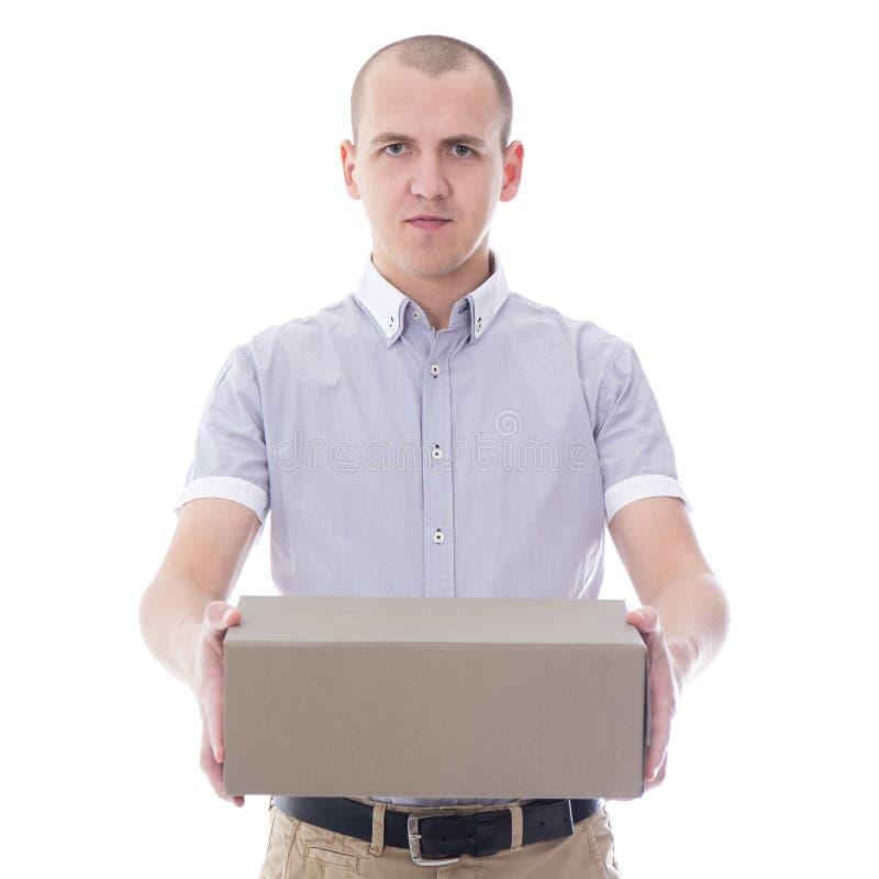 Fije el concepto del servicio de entrega - hombre joven que da la caja de cartón i imagen de archivo libre de regalías