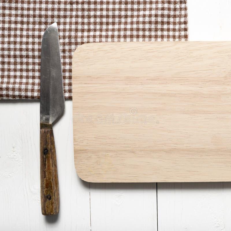 Fije el cuchillo en la tarjeta de corte imágenes de archivo libres de regalías