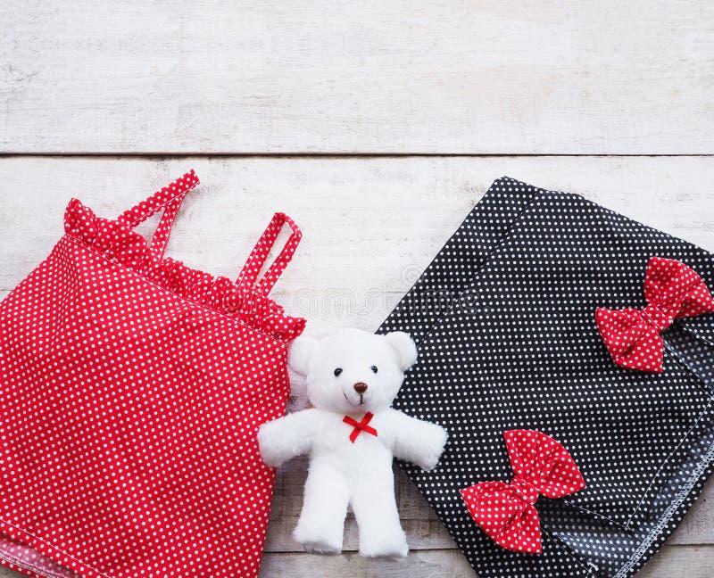 Fije el vestido del verano de los niños de la muchacha y del oso de peluche imagen de archivo libre de regalías