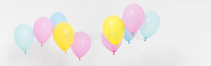 Fije, fondo coloreado collage de los globos Celebración, días de fiesta, concepto del verano Plantilla del diseño, cartelera o es foto de archivo