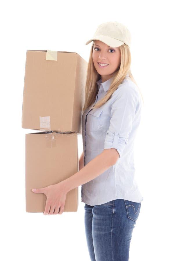 Fije a la mujer de la entrega que sostiene las cajas del carboard aisladas en blanco foto de archivo