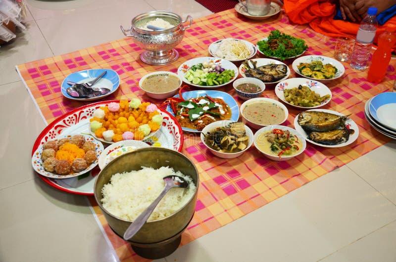 Fije las ofrendas de la comida a los monjes imagenes de archivo