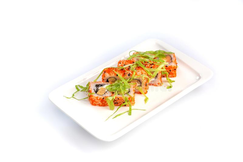 Fije los rollos de sushi en una placa blanca en un fondo blanco aislado fotografía de archivo