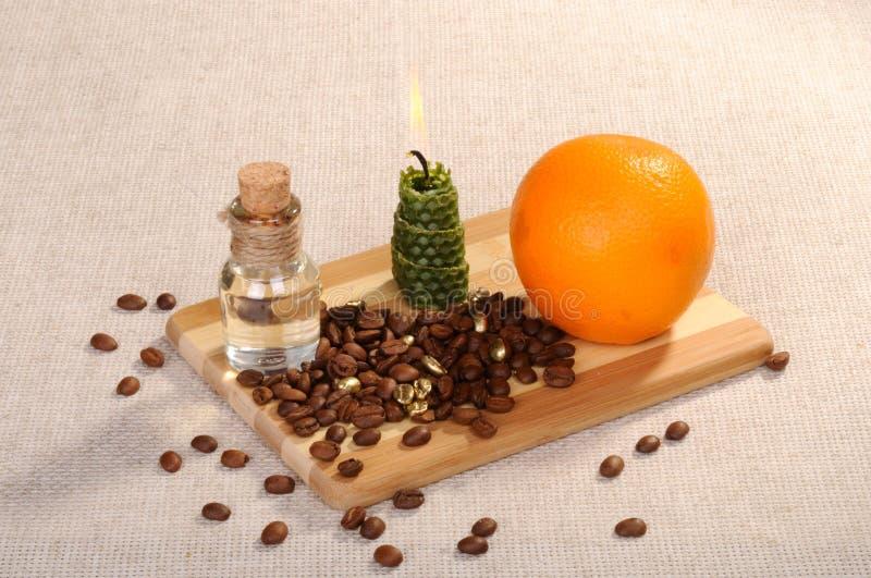 Fije para Aromatherapy Granos de café, aceite aromático del masaje en una botella de cristal fotografía de archivo