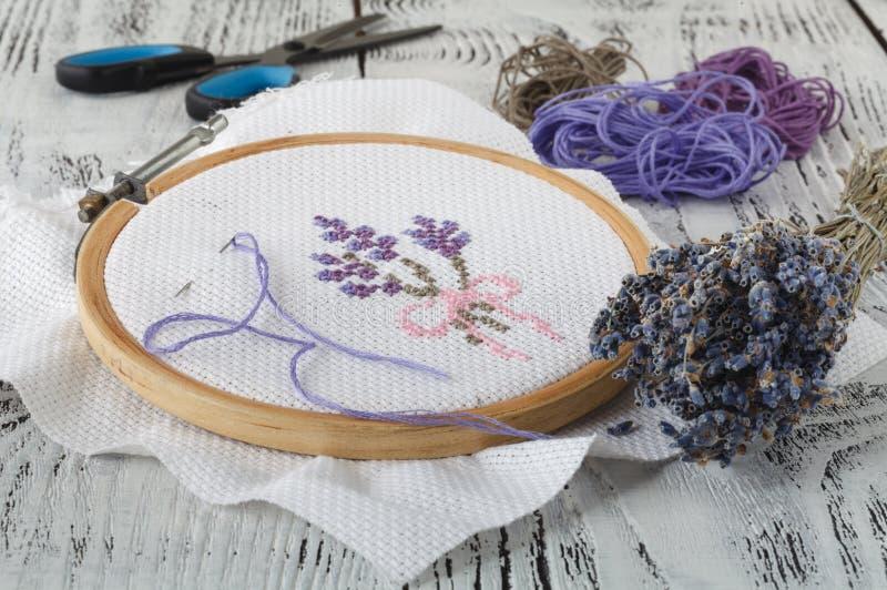 Fije para el bordado, aro de bordado, tela de lino, hilo, tijeras, cama de aguja bordada imagenes de archivo