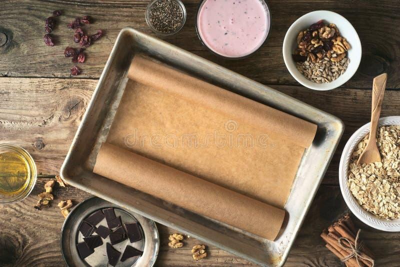 Fije para la preparación del granola en la opinión de sobremesa de madera fotos de archivo