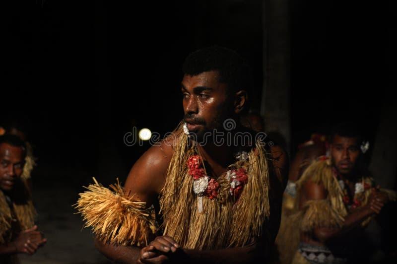 Fijianmän som dansar en traditionell manlig dansmekewesi i Fiji arkivfoton