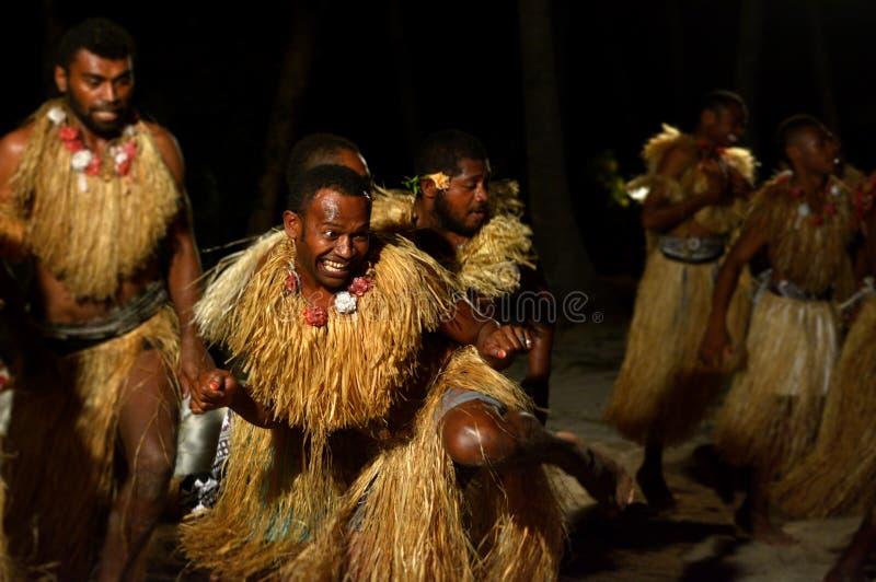Fijianmän som dansar en traditionell manlig dansmekewesi i Fiji fotografering för bildbyråer