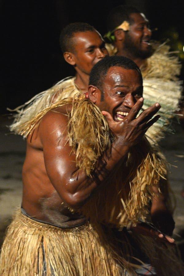 Fijianmän som dansar en traditionell manlig dansmekewesi i Fiji arkivbilder