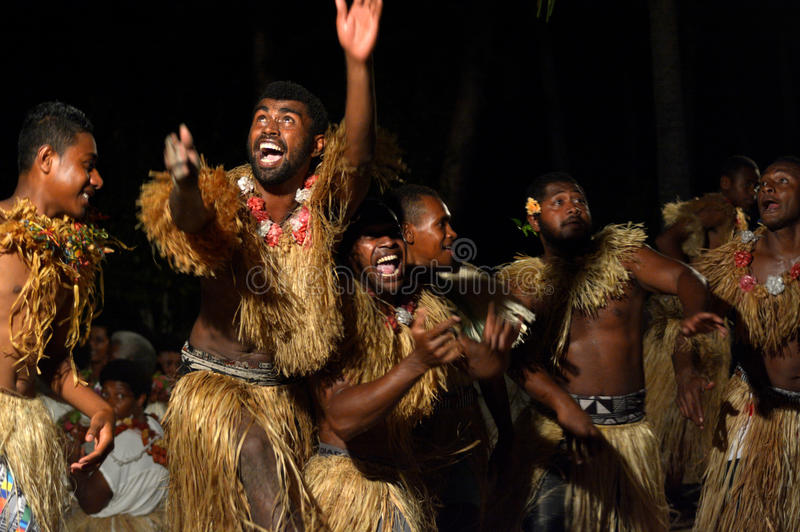 Fijianmän som dansar en traditionell manlig dansmekewesi i Fiji royaltyfria foton