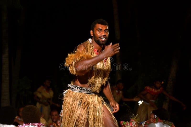 Fijianmensen die een traditionele mannelijke dans meke wesi in Fiji dansen stock afbeelding