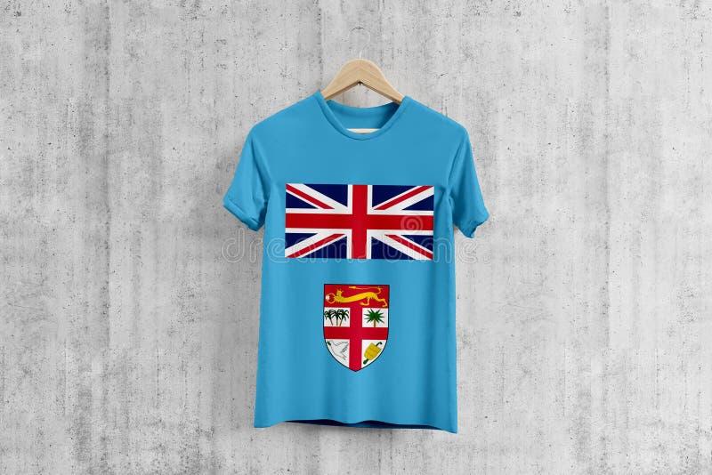 Fijiansk flaggaT-tröja på hängaren, enhetlig designidé för Fijian lag för plaggproduktion Nationella kläder royaltyfria bilder