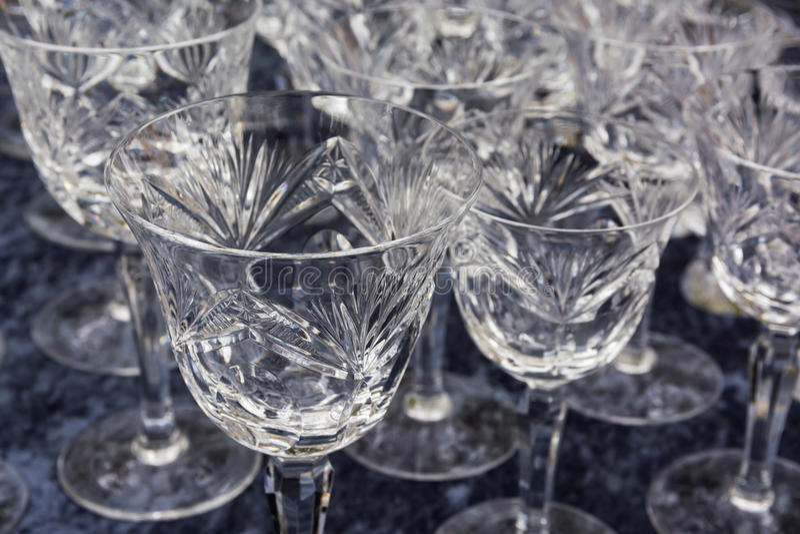 Fijn Crystal Glasses Shining Felt Table-Product die Gastron drinken royalty-vrije stock fotografie