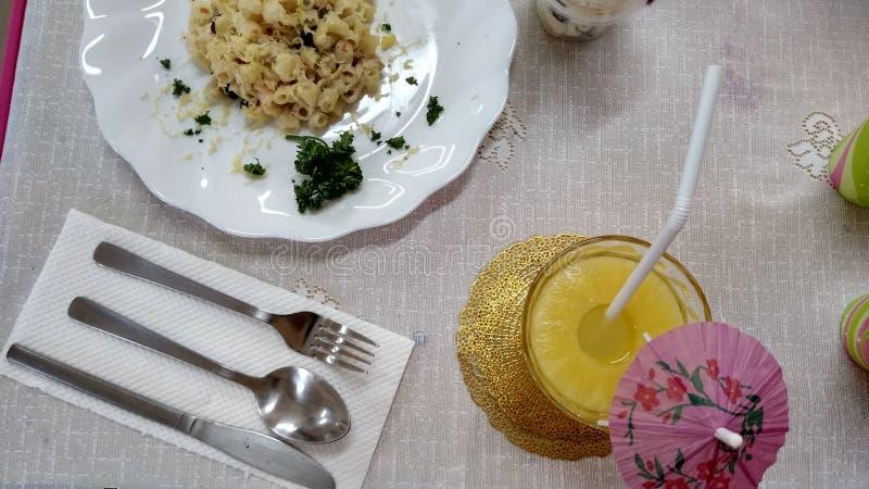 fijn het dineren Italiaans voedsel met ananasdrank stock foto