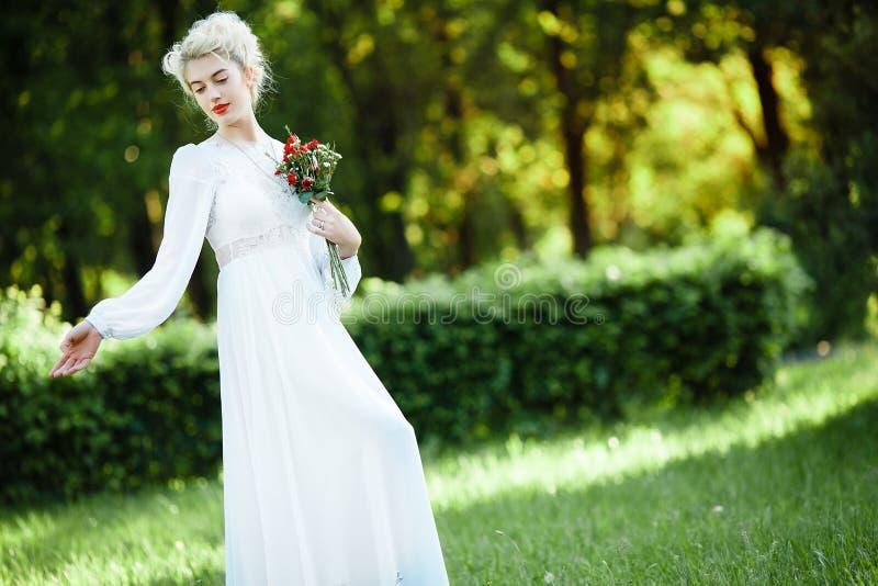Fijn kunstportret van een meisje in witte uitstekende kleding stock foto's