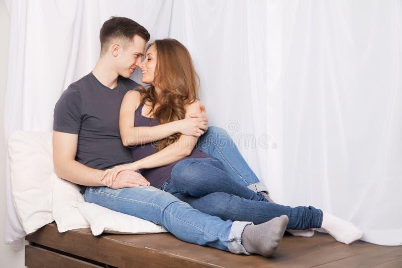 Fijn paar die van elkaars bedrijf genieten stock afbeeldingen