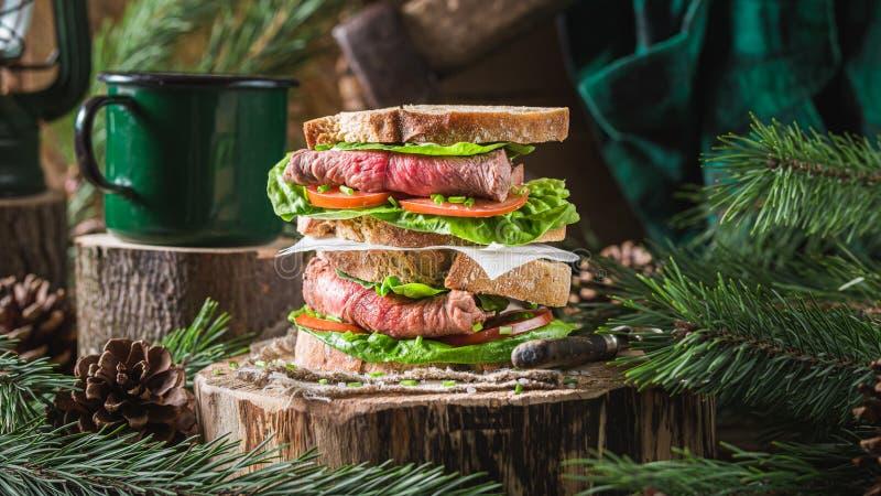 Fijne boterham met rundvlees, tomaten en sla stock fotografie