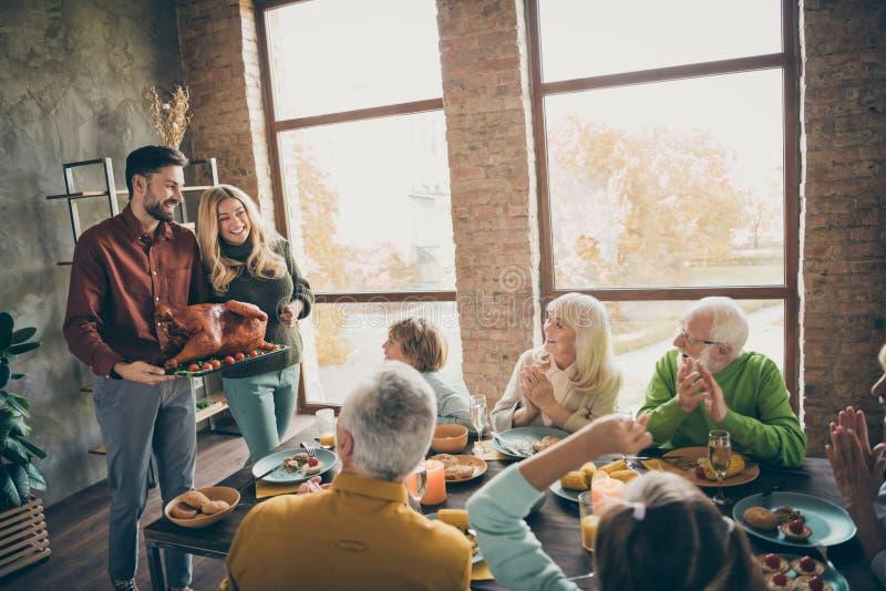 Fijne deanksgiving Foto van de tafel van de presenteertafel van de volledige familie reünie sit feast gerechten ontmoet grote geb royalty-vrije stock afbeeldingen