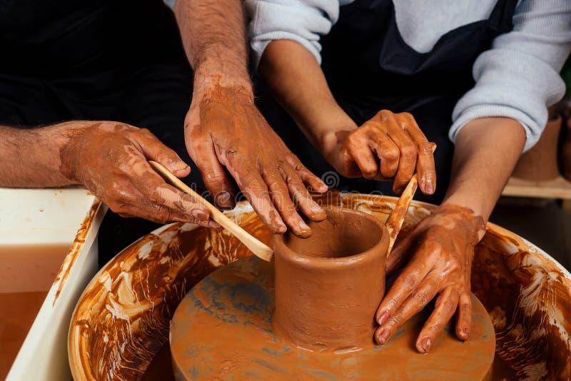 Fijne familie op een creatieve gezamenlijke vakantie romantisch koppel houdt van samenwerken aan pottenwiel en sculpende klei royalty-vrije stock afbeeldingen