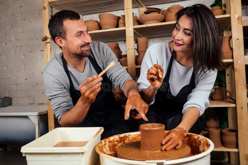 Fijne familie op een creatieve gezamenlijke vakantie romantisch koppel houdt van samenwerken aan pottenwiel en sculpende klei stock fotografie