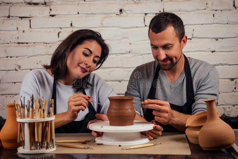 Fijne familie op een creatieve gezamenlijke vakantie romantisch koppel houdt van samenwerken aan pottenwiel en sculpende klei royalty-vrije stock foto's