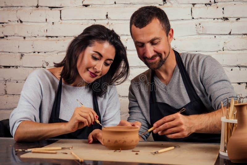 Fijne familie op een creatieve gezamenlijke vakantie romantisch koppel houdt van samenwerken aan pottenwiel en sculpende klei stock afbeelding