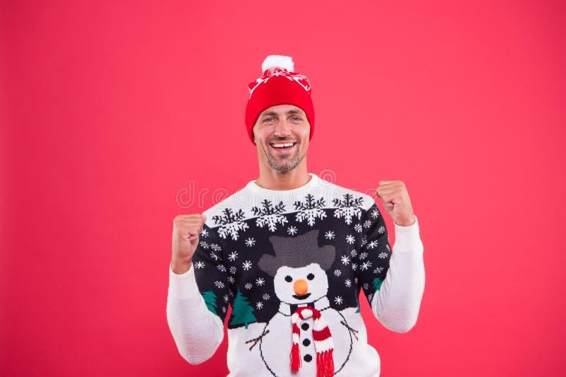 Fijne 2020 jaar Kerstconcept Guy in grappig snowman sweater viert winter Handknul draagt wintersweater stock fotografie