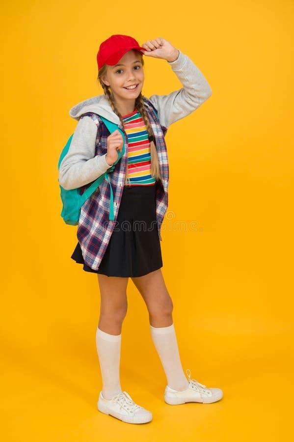 Fijne jeugd Cute hipster teenager gele achtergrond Betrouwbare tiener Klein kindmeisje met lange haar Teens royalty-vrije stock foto