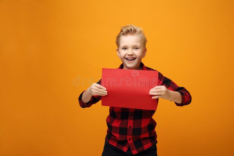 Fijne kleine jongen met een bordje voor tekst royalty-vrije stock afbeelding