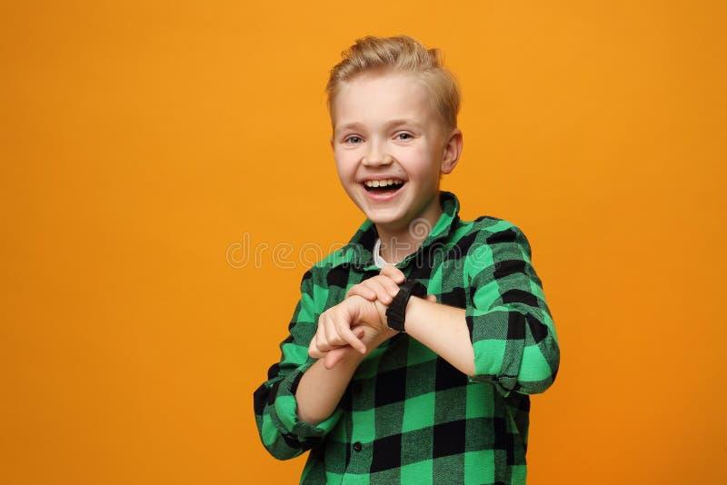 Fijne kleine jongen met een slimmerik royalty-vrije stock foto's
