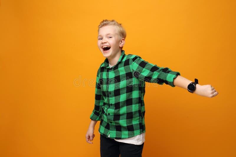 Fijne kleine jongen met een slimmerik stock foto's